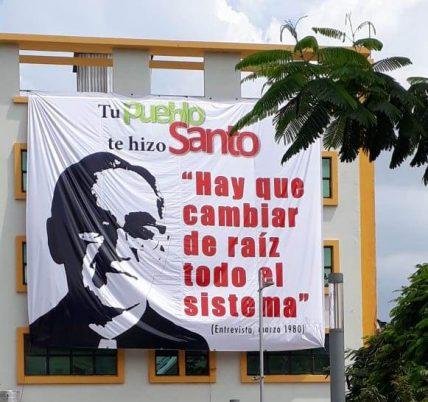 """""""Das System muss von Grund auf verändert werden."""" Romero-Zitat auf einem Banner an der Plaza Cívica. Foto: Doro Mölders"""