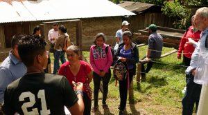 Ein Bewohner von Las Mariitas erklärt die Funktionsweise einer Klimastation. Foto: Thorsten Moll