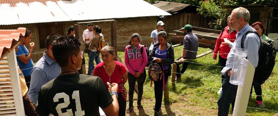 Bewohner von Las Mariitas vor einer Klimastation
