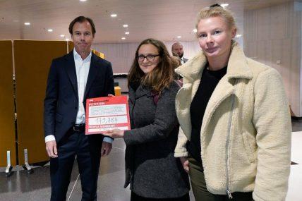 Aktivistinnen der Kampagne für Saubere Kleidung übergeben die Petition mit der Forderung existenzsichernder Löhne für die Arbeiter*innen an H&M CEO Carl-JohanPersson