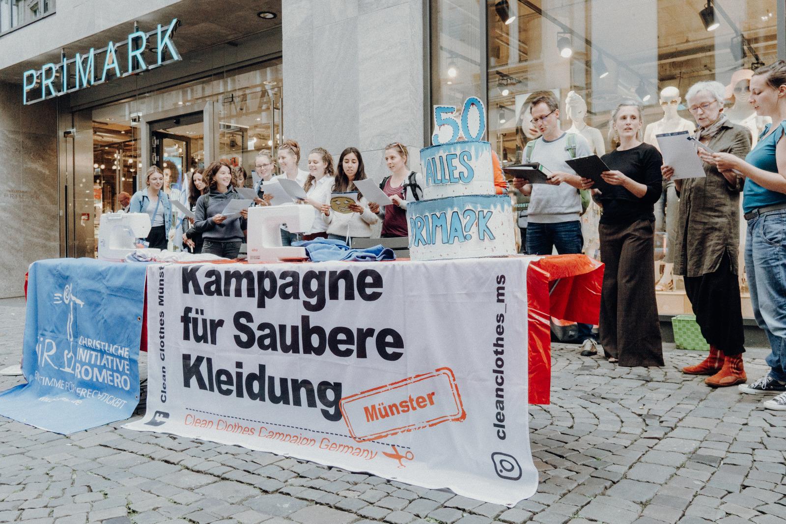 """Eindrücke von der Aktions der CIR und Clean Clothes Münster vor Primark zu dessen 50. Geburtstag unter dem Motto """"alles Prima?k"""""""