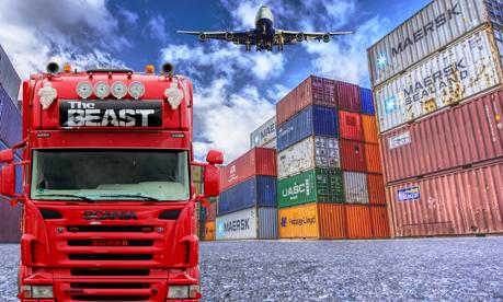 LKW und Flugzeug am Containerhafen