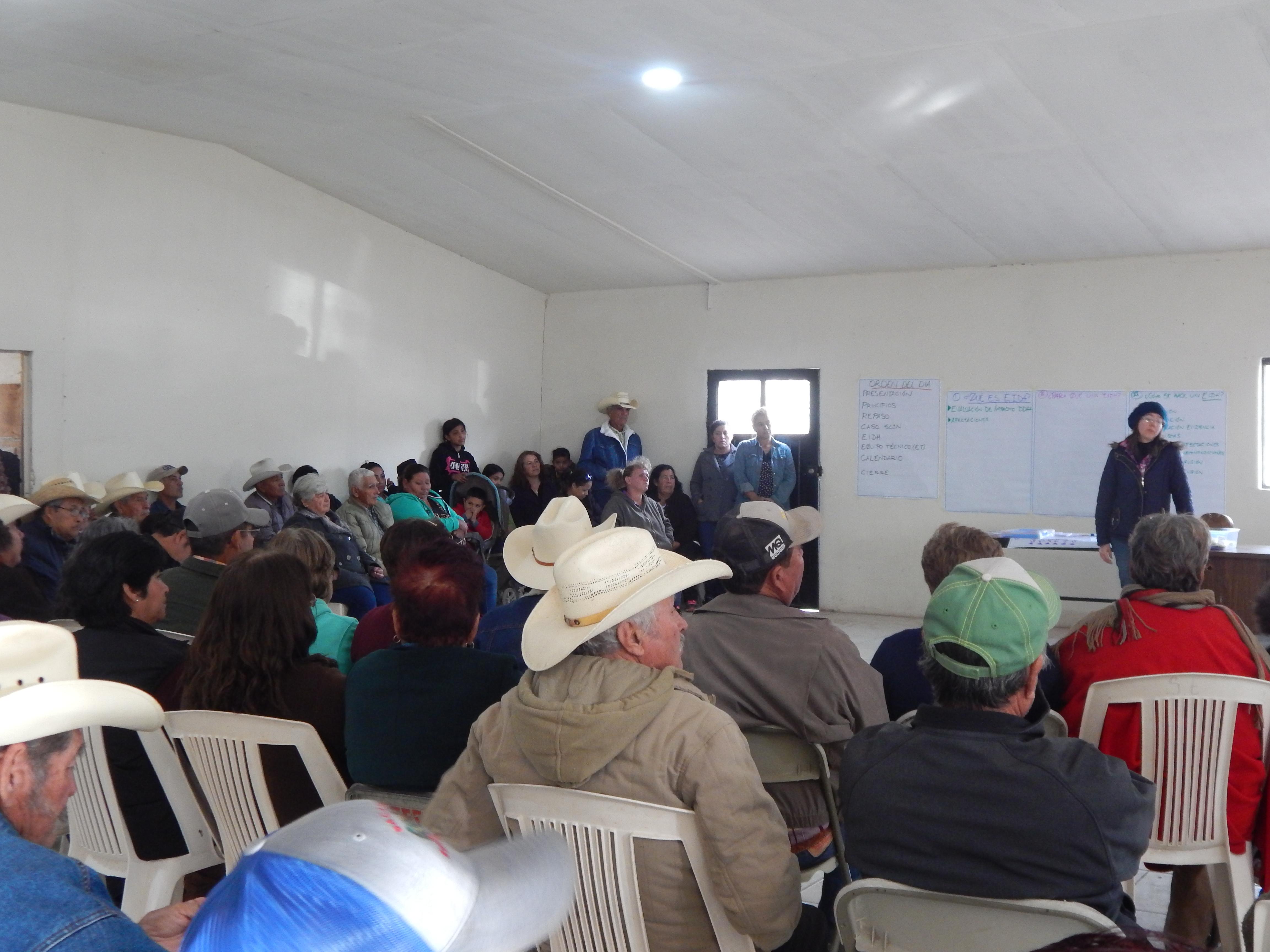 Die von der Bergbau Katastrophe betroffenen Gemeinden organisieren sich in einem Gemeindesaal, um ihre Rechte einzufordern.