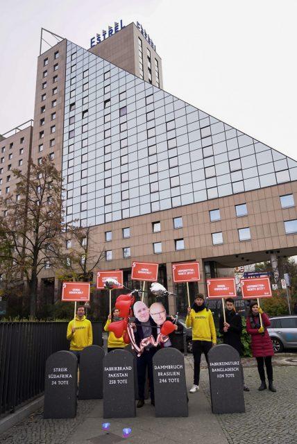 Protestaktion zum Arbeitgebertag mit Pappmasken von Wirtschaftsminister Altmaier und BDA-Chef Steffen Kampeter