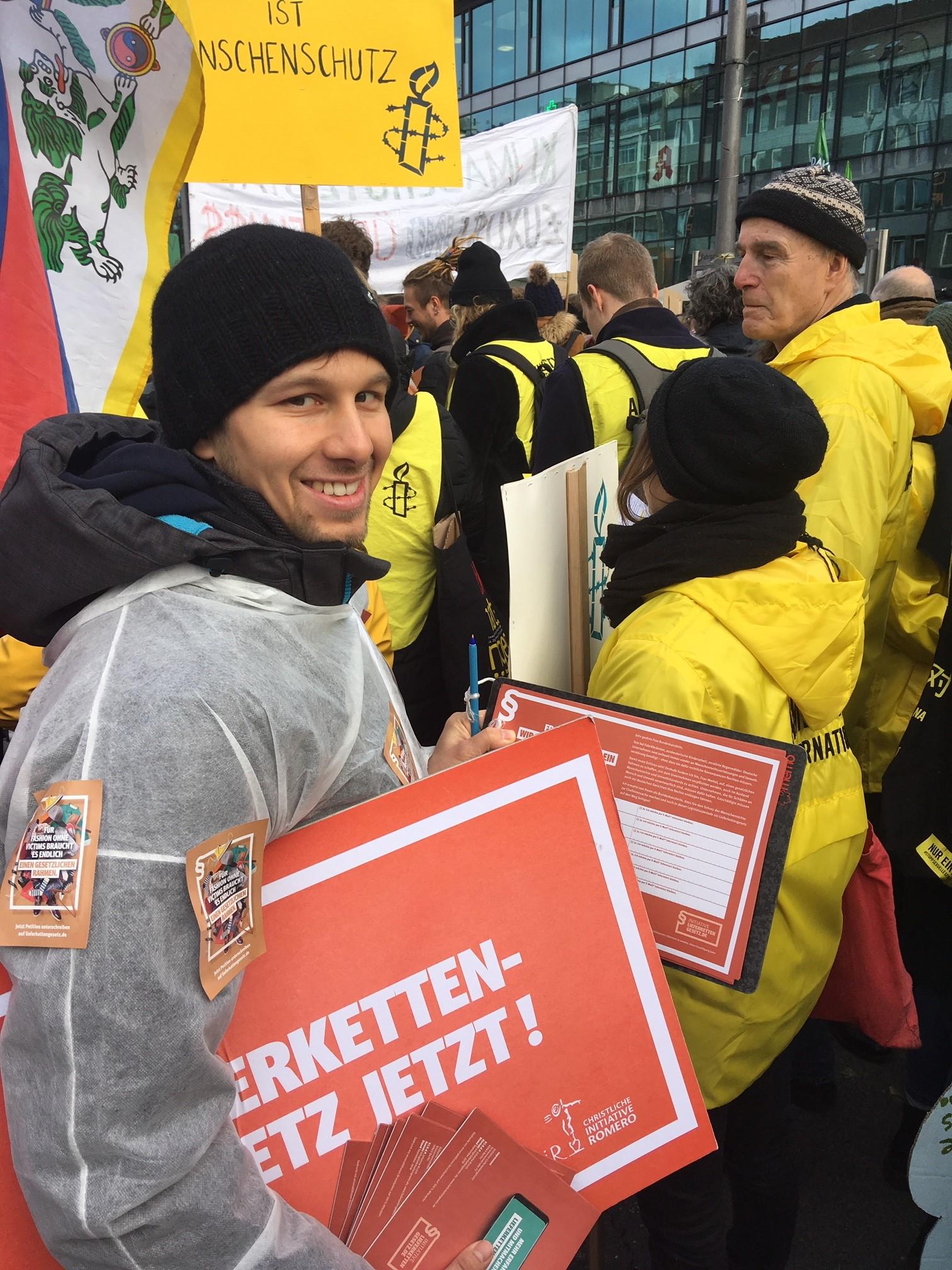 Unterschiftensammlung auf Demonstration