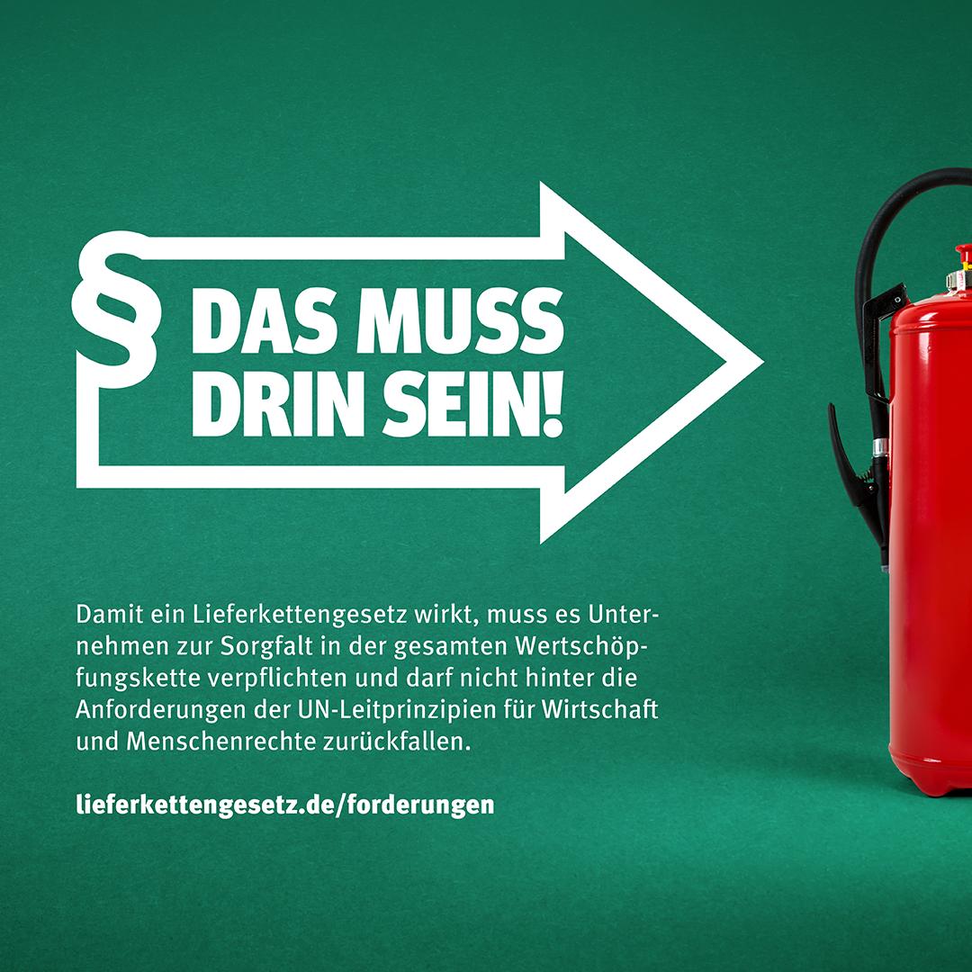 """Pfeil im Stil des Logos der Initiative Lieferkettengesetz mit den Spruch """"Das muss drin sein!"""" zeigt auf einen Feuerlöscher"""