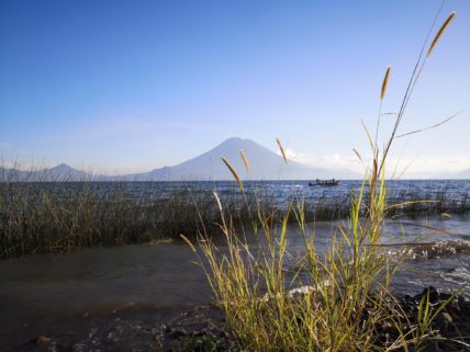 Ufer des Atitlán Sees in Guatemala