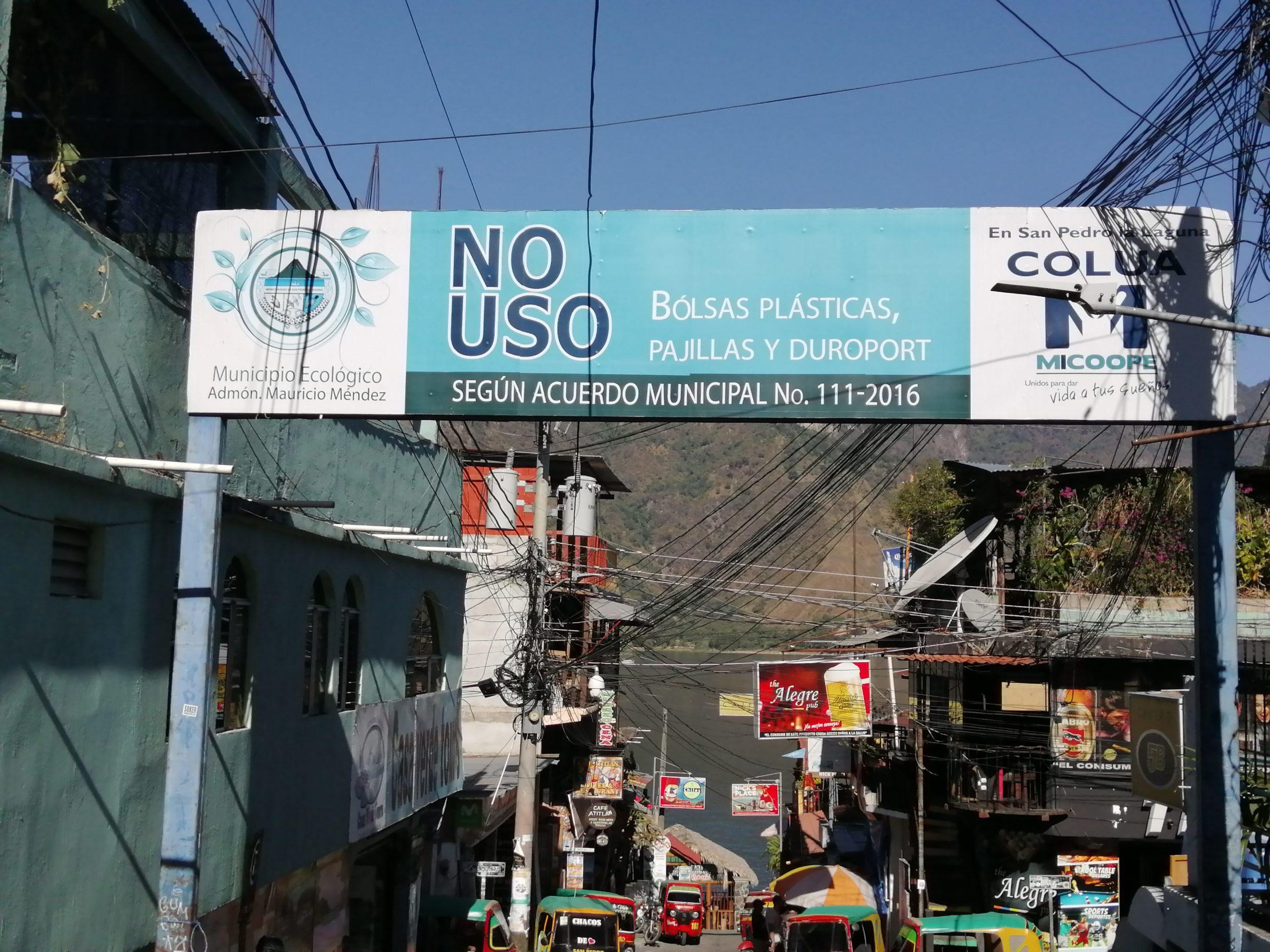 Schild macht Verbot von Plastiktüten, Strohhalmen und Styropor sichtbar