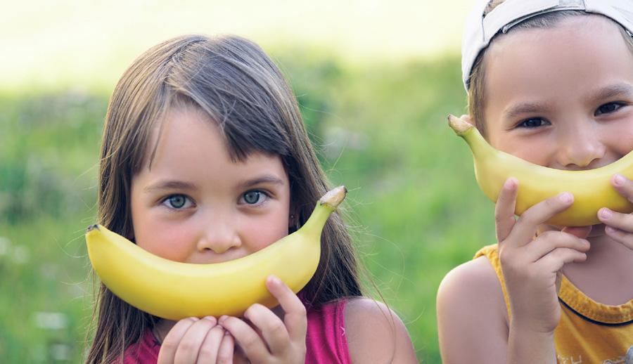 Kinder mit Bananen-Lächeln