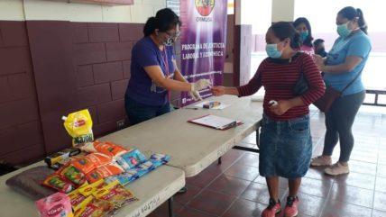Frauen in El Salvador bei der Lebensmittelausgabe zu Corona-Zeiten