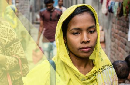 Frau mit gelber Kleidung geht eine Gasse entlang, sie blickt nach unten.