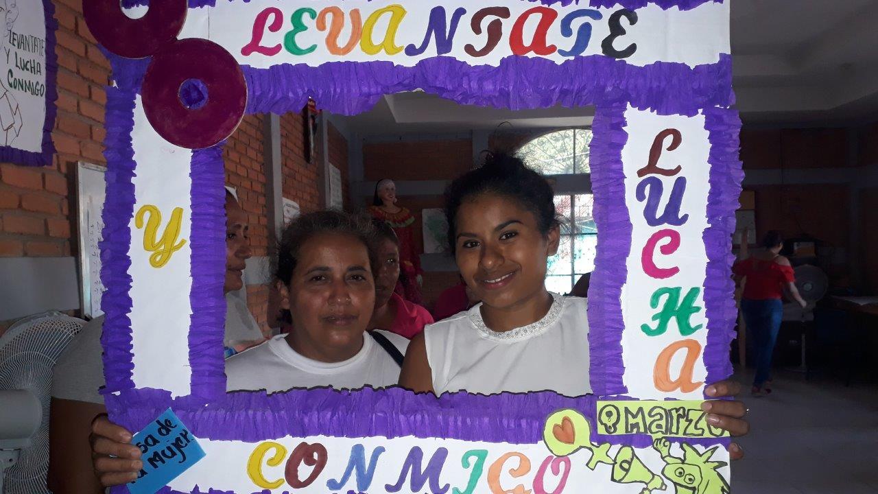 Zwei Frauen posieren zusammen in einem gebastelten Bilderrahmen