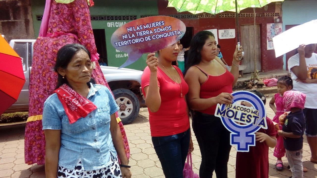 Frauen halten Protestplakate gegen Gewalt an Frauen