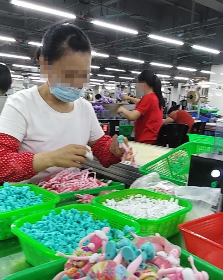 Arbeiterin in Fabrik Changan Mattel arbeitet trotz Fingerverletzung weiter.
