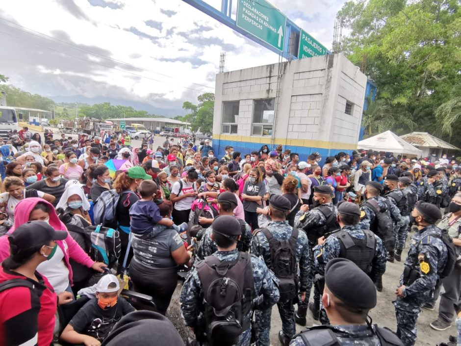 Migrant*innen werden an einem Grenzübergang gestoppt.