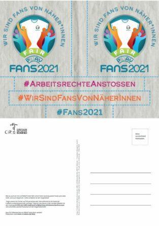 """Vorder- und Rückseite der Stickerpostkarte zu EM 2021. Vorderseite zeigt 5 Sticker mit verschiedenen Forderungen u.a. """"Wir sind Fans von Näher*innen"""" oder """"Fair Play"""" bzw. """"Fair Pay"""""""