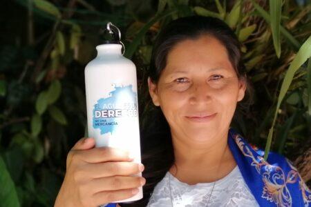 """Sonia Sánchez im Dezember 2020. Sie engagiert sich gegen die Wasserprivatisierung in ihrem Land. """"El Agua es un derecho, no una mercancia"""" - Wasser ist ein Recht, keine Handelsware, steht auf ihrer Trinkflasche. Foto: Alfredo Carías"""
