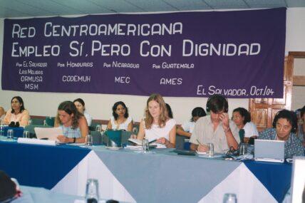 Sabine Broscheit, 2. von links, 2004 in El Salvador beim Zentralamerikanischen Maquilanetzwerk