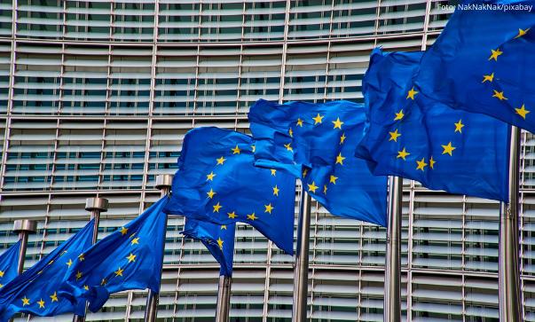EU Flagen wehen vor der EU Kommission in Brüssel